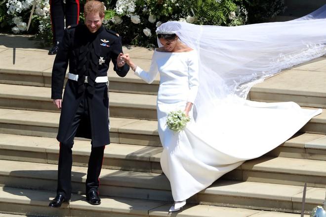 Váy cưới của Meghan Markle trong hôn lễ với người chồng đầu và váy cưới hiện tại: cả một sự lên đời ngoạn mục - Ảnh 3.
