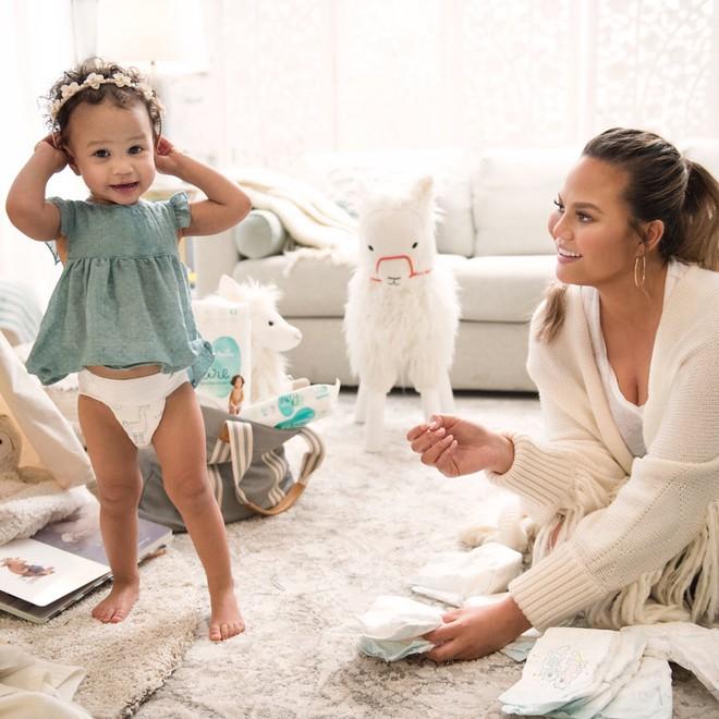 Bà mẹ siêu mẫu không ngại khoe ảnh cơ thể thật đến trần trụi sau sinh  - Ảnh 3.