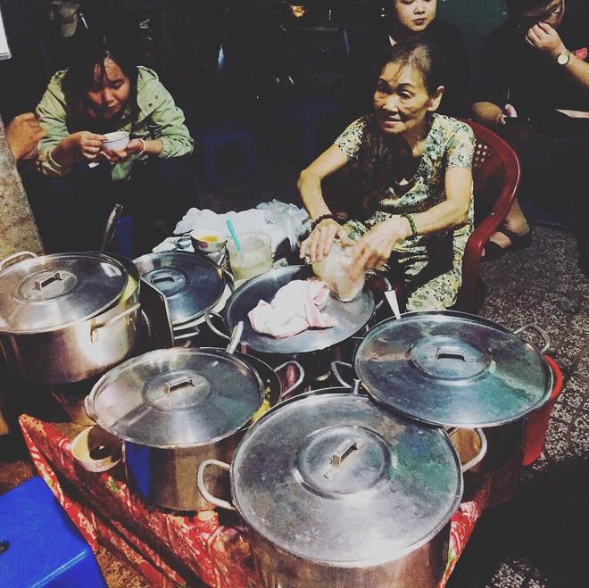Giữa Sài Gòn hoa lệ, có một quán chè bán đêm hơn 40 năm nay vẫn thắp sáng bằng đèn dầu - Ảnh 2.
