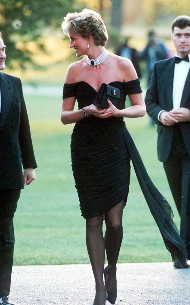 Nhan sắc và khí chất hoàn hảo của cố Công nương Diana trong những khoảnh khắc xưa - Ảnh 12.