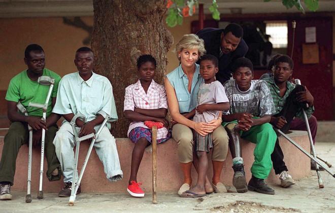 Nhan sắc và khí chất hoàn hảo của cố Công nương Diana trong những khoảnh khắc xưa - Ảnh 20.