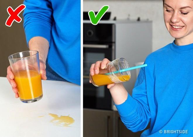 12 công dụng cực hữu ích nhưng chưa chắc bạn đã biết của màng bọc thực phẩm trong cuộc sống hàng ngày - Ảnh 1.