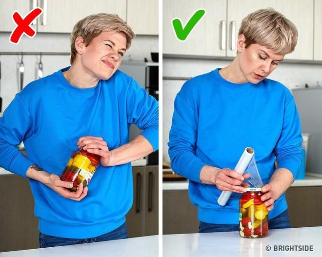 12 công dụng cực hữu ích nhưng chưa chắc bạn đã biết của màng bọc thực phẩm trong cuộc sống hàng ngày - Ảnh 3.