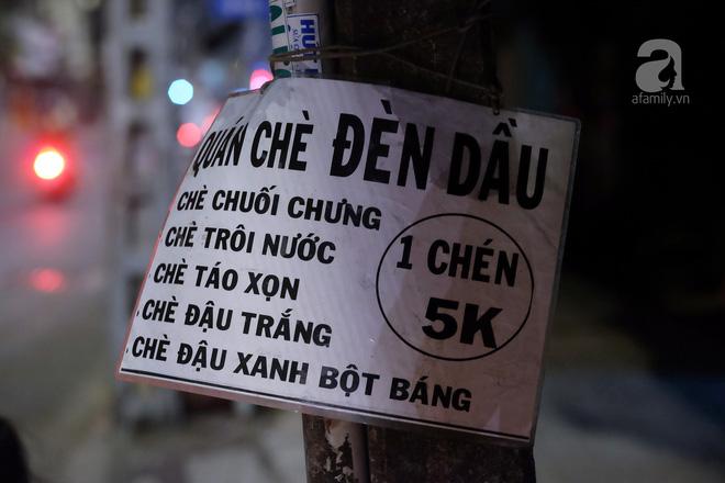 Giữa Sài Gòn hoa lệ, có một quán chè bán đêm hơn 40 năm nay vẫn thắp sáng bằng đèn dầu - Ảnh 9.