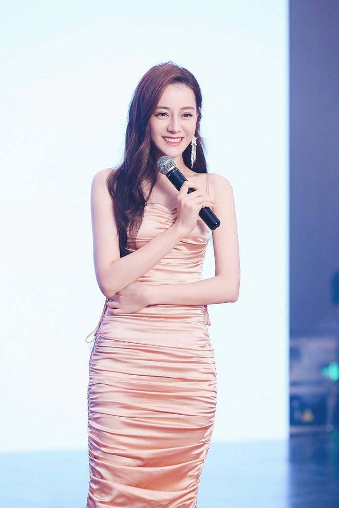 Diện váy kén dáng, Địch Lệ Nhiệt Ba vẫn đẹp xuất sắc khi khoe trọn body 0% mỡ thừa - Ảnh 1.