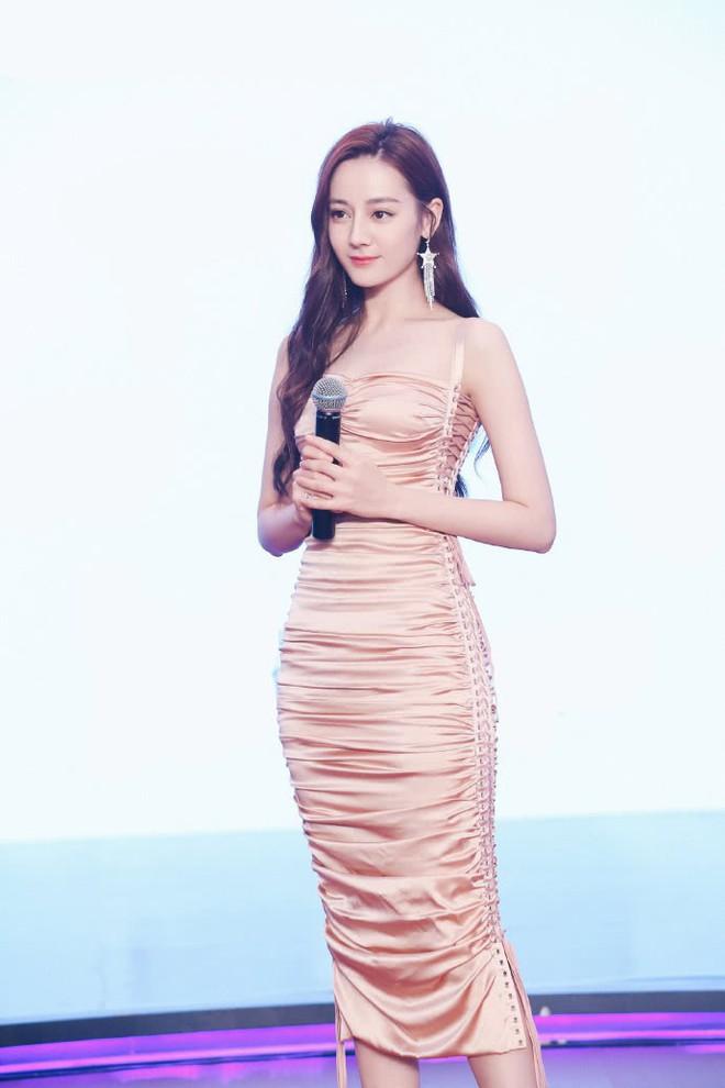 Diện váy kén dáng, Địch Lệ Nhiệt Ba vẫn đẹp xuất sắc khi khoe trọn body 0% mỡ thừa - Ảnh 2.