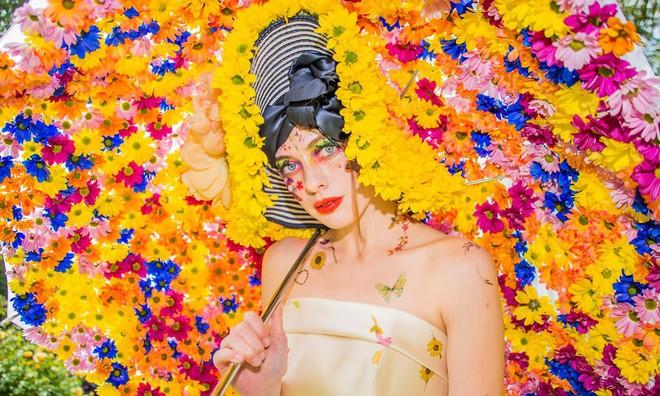 Bộ sưu tập thời trang từ hoa tuyệt đẹp của các nhà thiết kế Hoàng gia Anh - Ảnh 2.