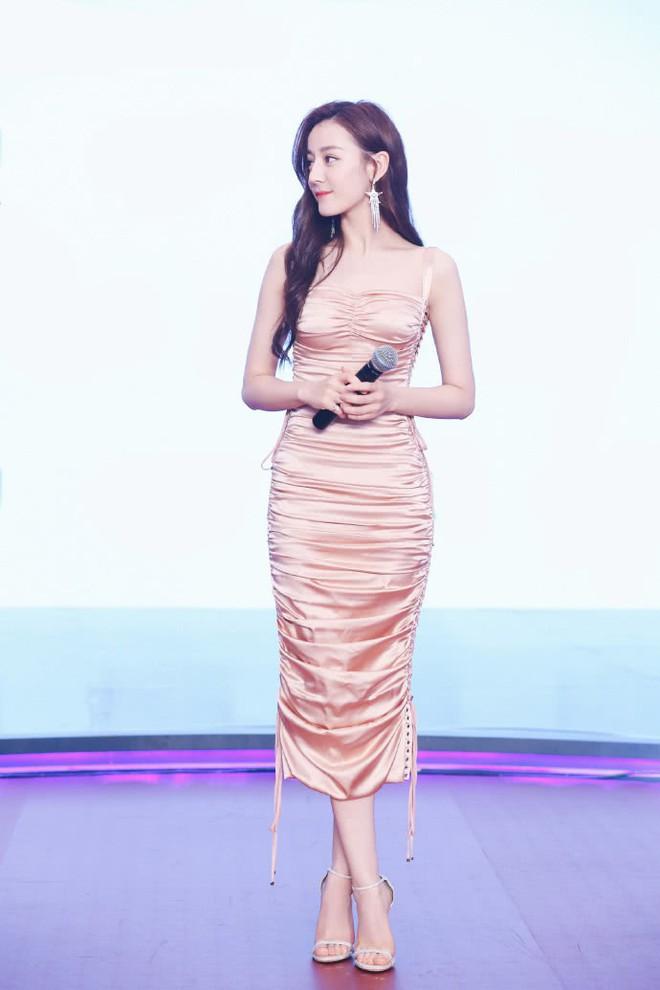 Diện váy kén dáng, Địch Lệ Nhiệt Ba vẫn đẹp xuất sắc khi khoe trọn body 0% mỡ thừa - Ảnh 4.