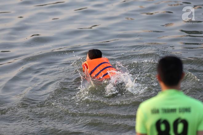 Người dân ra đài phun nước, sông hồ để giải nhiệt bất chấp nguy hiểm - Ảnh 4.