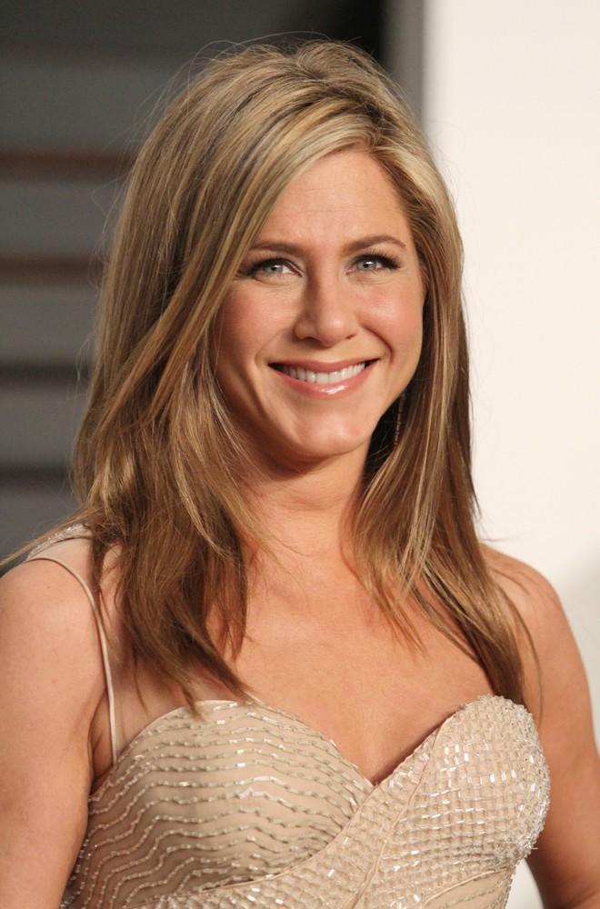 Từ son môi đến kem chống nắng, mỹ phẩm của Jennifer Aniston toàn đồ bình dân chỉ tầm 700 ngàn - Ảnh 2.
