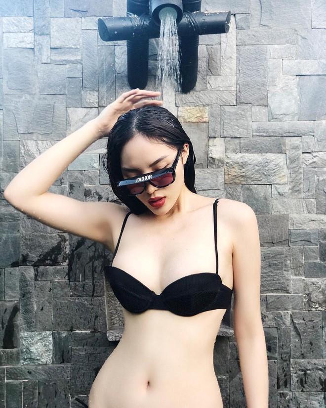 Cùng khoe dáng táo bạo với bikini, Kỳ Duyên khiến fan bấn loạn về vòng 1, HHen Niê lại gây bão với vòng 3 bốc lửa - Ảnh 1.