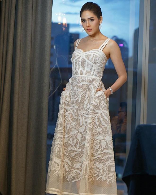 Cùng sửa lại váy xuyên thấu, Angela Baby đẹp tựa công chúa còn Chompoo Araya lại lép vế vì vóc dáng thô - Ảnh 4.