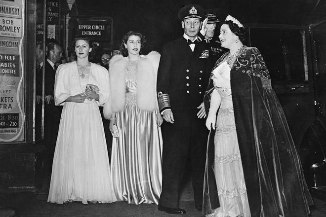 Ngoài các công nương, lịch sử thời trang Hoàng gia Anh còn có Nữ hoàng Elizabeth II là biểu tượng trường tồn mãi với thời gian - Ảnh 7.