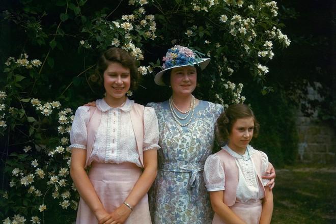 Ngoài các công nương, lịch sử thời trang Hoàng gia Anh còn có Nữ hoàng Elizabeth II là biểu tượng trường tồn mãi với thời gian - Ảnh 4.