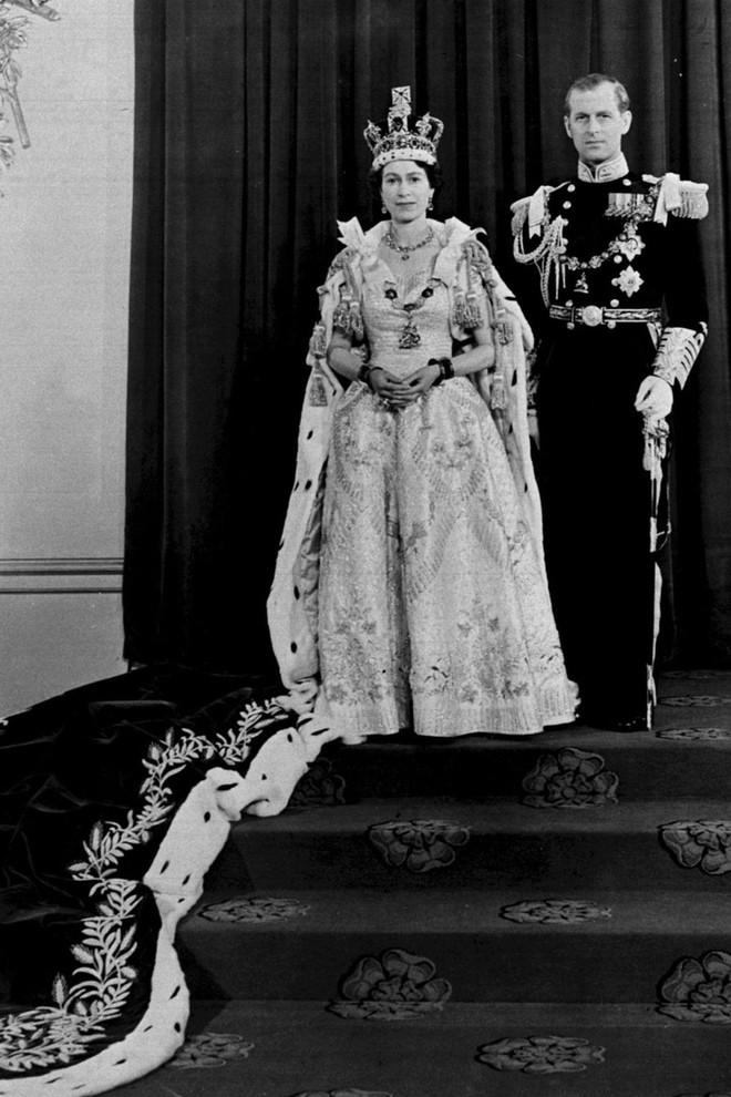 Ngoài các công nương, lịch sử thời trang Hoàng gia Anh còn có Nữ hoàng Elizabeth II là biểu tượng trường tồn mãi với thời gian - Ảnh 10.
