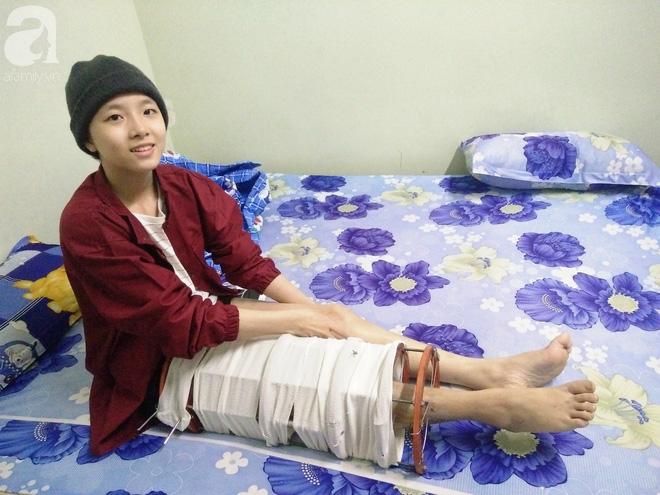 Vợ vừa mất, cha đau đớn nhìn con gái 16 tuổi xinh xắn phải cắt bỏ chân vì ung thư xương mà không đủ tiền chữa trị - Ảnh 1.