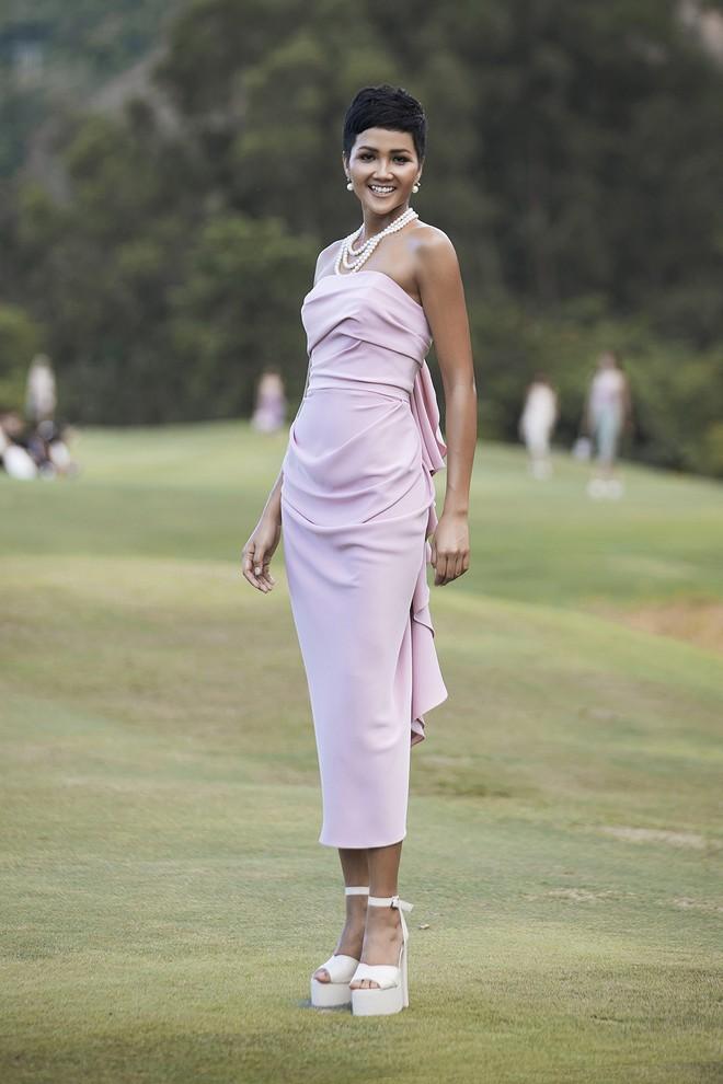 Đi giày hơn 15cm catwalk trên sân golf, khách mời phải ngả mũ trước dàn mẫu đỉnh của NTK Đỗ Mạnh Cường - Ảnh 2.