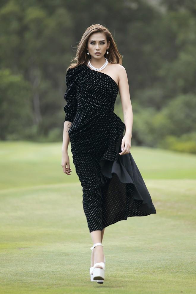 Đi giày hơn 15cm catwalk trên sân golf, khách mời phải ngả mũ trước dàn mẫu đỉnh của NTK Đỗ Mạnh Cường - Ảnh 3.
