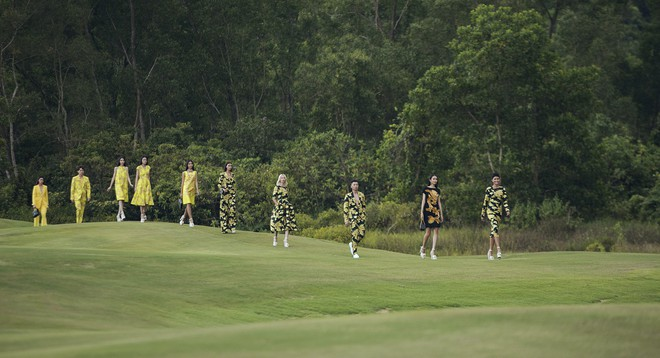 Đi giày hơn 15cm catwalk trên sân golf, khách mời phải ngả mũ trước dàn mẫu đỉnh của NTK Đỗ Mạnh Cường - Ảnh 10.
