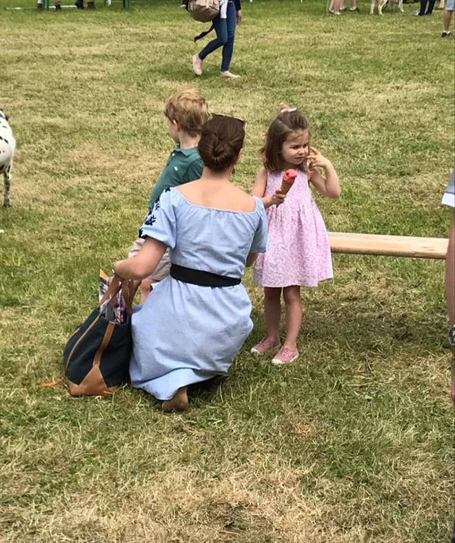 Lần đầu lộ diện sau đám cưới hoàng gia, Kate Middleton chọn đầm Zara cùng túi tote vô cùng thoải mái  - Ảnh 1.