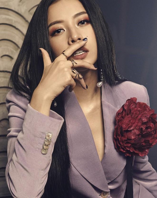 Nam Em - Chi Pu: Những người đẹp đi hát xứng danh bà hoàng thị phi của showbiz Việt - ảnh 1
