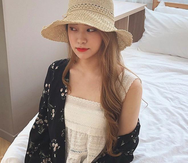 Chiếc áo 2 dây trông cực đơn giản này lại là món đồ chiếm sóng mạng xã hội Hàn Quốc thời gian gần đây - Ảnh 4.