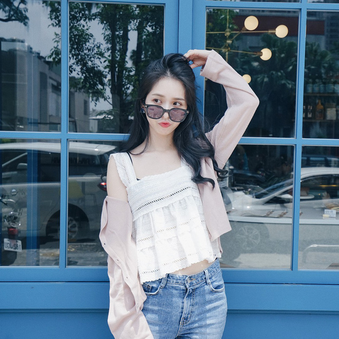 Chiếc áo 2 dây trông cực đơn giản này lại là món đồ chiếm sóng mạng xã hội Hàn Quốc thời gian gần đây - Ảnh 1.