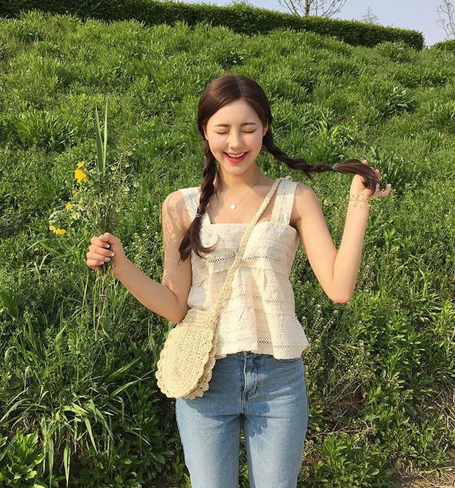 Chiếc áo 2 dây trông cực đơn giản này lại là món đồ chiếm sóng mạng xã hội Hàn Quốc thời gian gần đây - Ảnh 10.