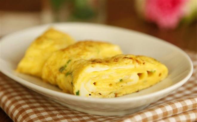 Học theo đầu bếp Mỹ cho gia vị này vào trứng rán cô gái không ngờ món ăn ngon xuất sắc đến thế - Ảnh 1.