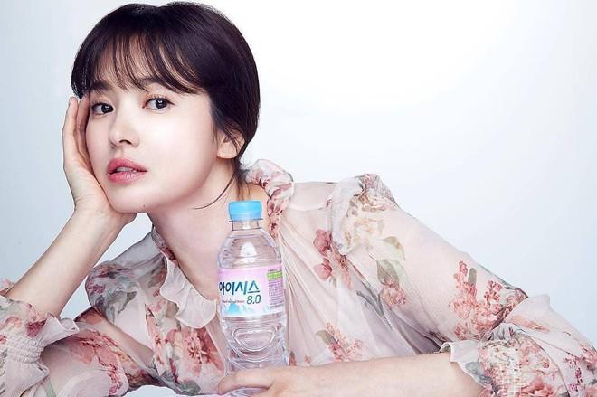 Cơn sốt của chiếc váy hoa quốc dân: Đến cả Song Hye Kyo cũng chọn mặc để đóng quảng cáo đây này! - Ảnh 1.
