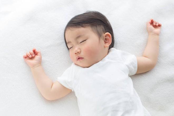Lý do các chuyên gia Nhi khoa hàng đầu thế giới luôn khuyên cha mẹ nên đặt trẻ sơ sinh nằm ngửa khi ngủ - Ảnh 1.