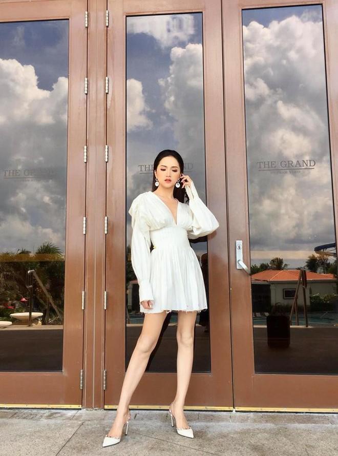 HH Hương Giang và Châu Bùi mặc một kiểu áo: người đẹp kiểu ma mị hoang dại, người lại ngọt ngào kiêu sa - Ảnh 1.