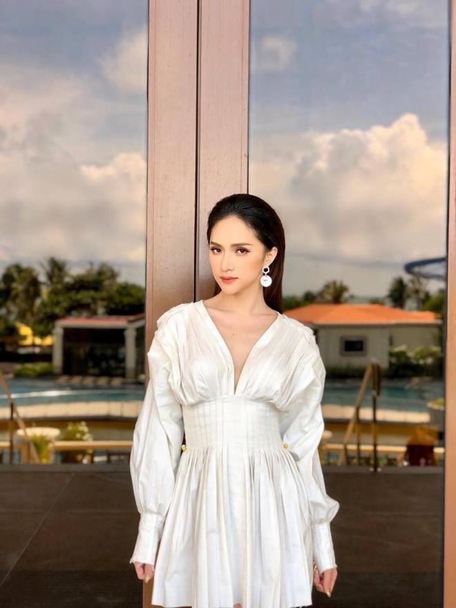 HH Hương Giang và Châu Bùi mặc một kiểu áo: người đẹp kiểu ma mị hoang dại, người lại ngọt ngào kiêu sa - Ảnh 2.