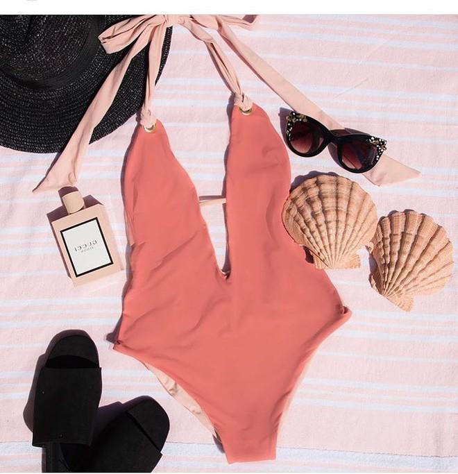 Kén dáng và rất dễ gặp tai nạn nhưng áo bơi khoét hông cao vẫn là kiểu áo hot nhất hè này - Ảnh 10.