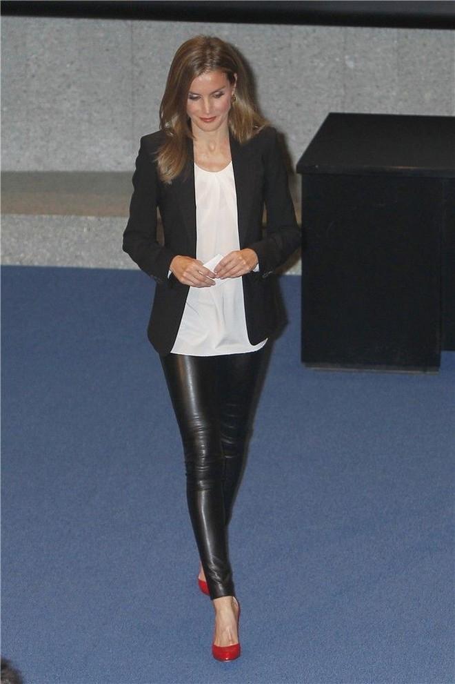 Legging da kén dáng, nhưng nhìn cách Hoàng hậu Letizia ở độ tuổi U50 mà vẫn diện đẹp mới thấy đẳng cấp làm sao - Ảnh 6.