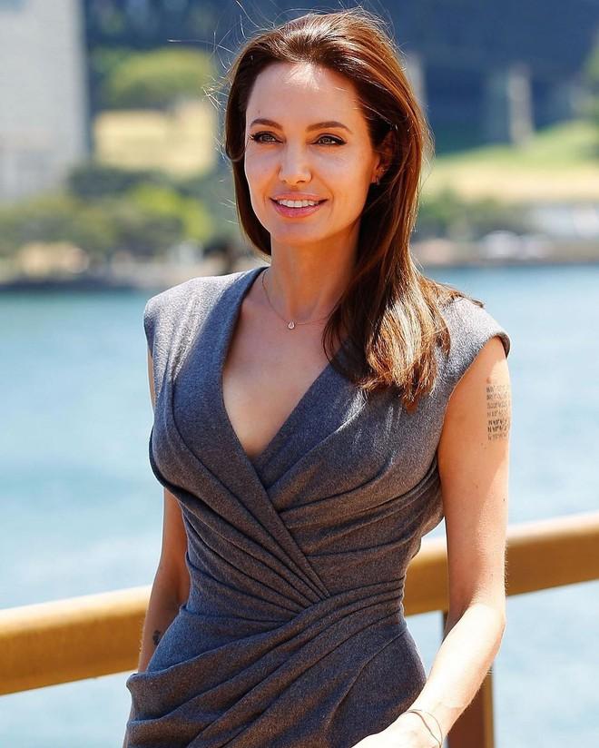 Đã 43 tuổi mà vẫn trẻ trung, hóa ra Angelina Jolie chỉ nhờ cậy đến những bí kíp dưỡng da đơn giản này - Ảnh 7.