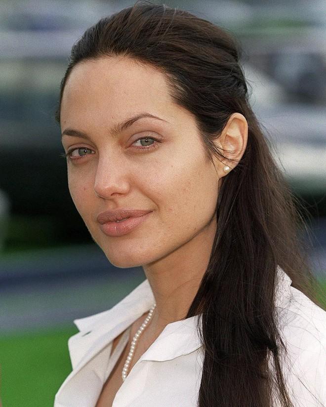 Đã 43 tuổi mà vẫn trẻ trung, hóa ra Angelina Jolie chỉ nhờ cậy đến những bí kíp dưỡng da đơn giản này - Ảnh 4.