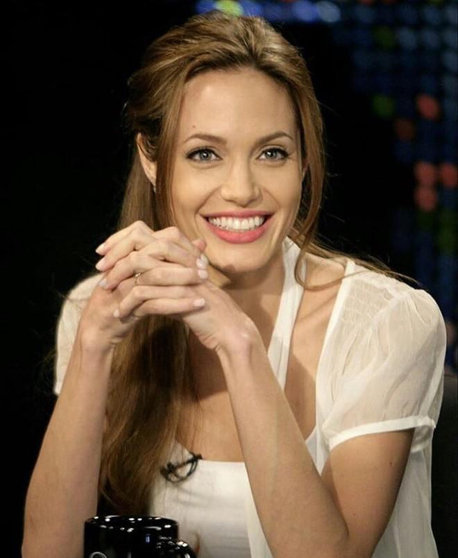 Đã 43 tuổi mà vẫn trẻ trung, hóa ra Angelina Jolie chỉ nhờ cậy đến những bí kíp dưỡng da đơn giản này - Ảnh 3.