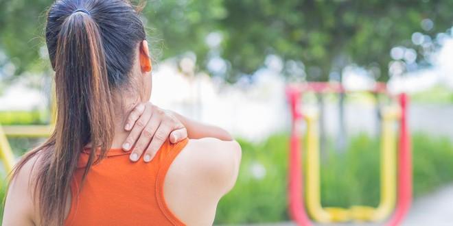 5 nguyên nhân gây đau vai gáy luôn rình rập bạn trong cuộc sống hàng ngày và cách xử lý - Ảnh 1.