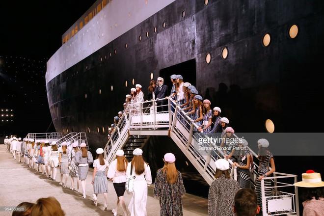 Vừa mới lên rừng, Chanel lại cho người xem xuống biển khi đặt cả chiếc du thuyền chễm chệ trên sàn diễn - Ảnh 2.