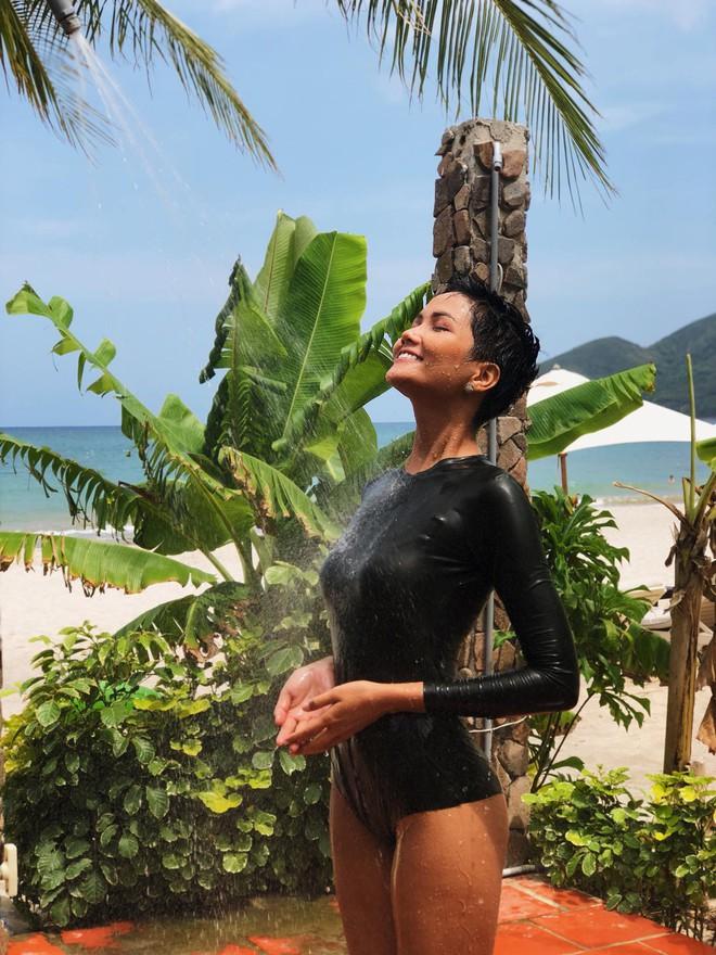 Nếu sợ đen, bạn hãy theo Kỳ Duyên và HHen Niê chọn kiểu áo bơi dài tay kín bưng mà vẫn sexy hết nấc - Ảnh 4.