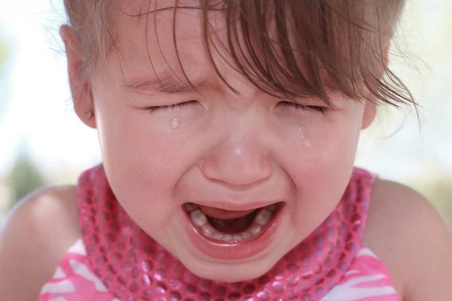 Có 4 biện pháp khoa học trị dứt điểm những cơn mè nheo, khóc lóc, ăn vạ của trẻ - Ảnh 2.