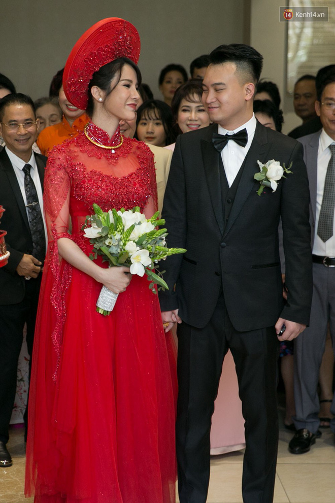 Cùng diện áo dài đỏ ngày ăn hỏi, Diệp Lâm Anh, HH Thu Thảo và Hà Tăng lại chọn 3 phong cách hoàn toàn khác nhau - Ảnh 1.