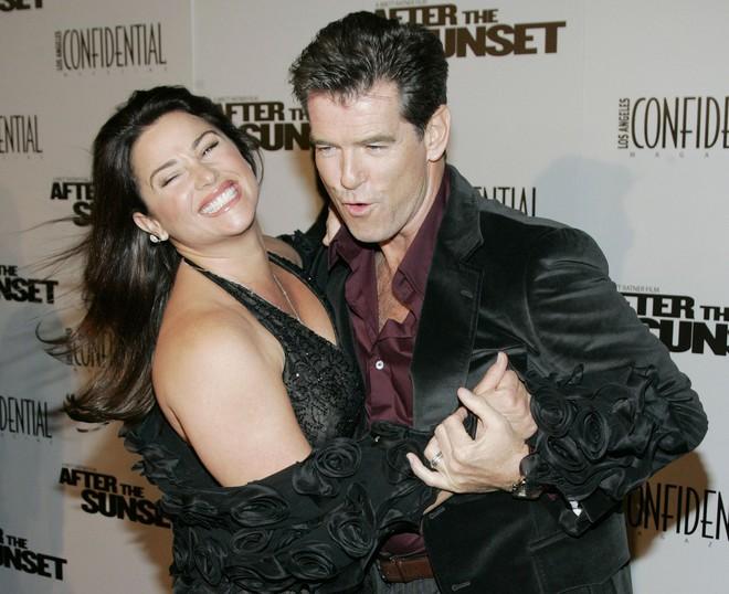 Nếu nói ngoại hình là thuốc bổ của hôn nhân, sẽ phải giải thích sao cho cuộc tình kéo dài 23 năm giữa James Bond quyến rũ nhất hành tinh với người vợ thừa cân, kém sắc? - Ảnh 7.