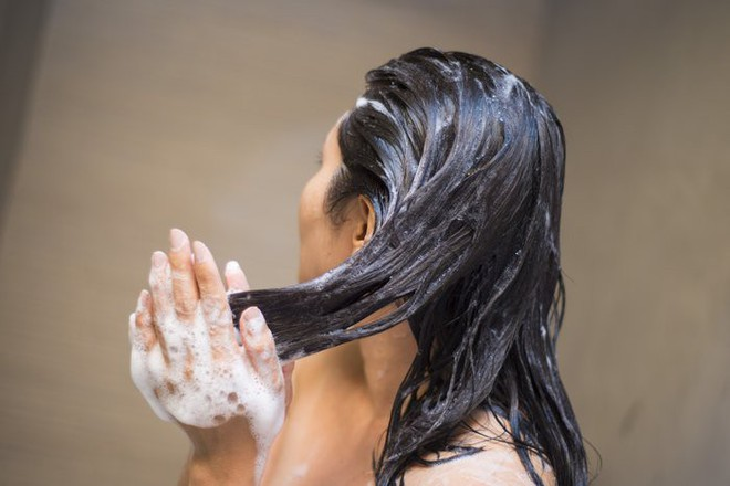 Nhờ một lần đãng trí, tôi đã tìm ra cách giữ nếp tóc xoăn kéo dài đến 3 ngày, bạn cần phải thử ngay thôi - Ảnh 3.