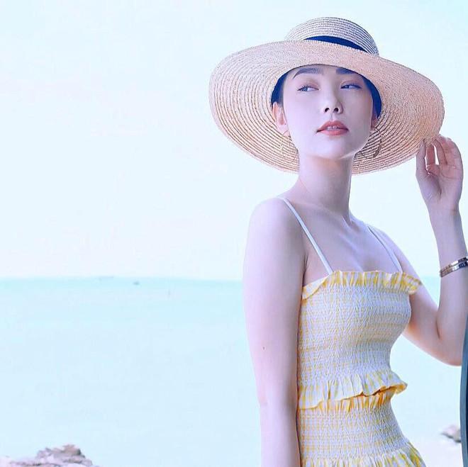 Học sao Việt cách chọn và kết hợp mũ cói sao cho thật duyên dáng khi diện cùng trang phục hè - Ảnh 7.