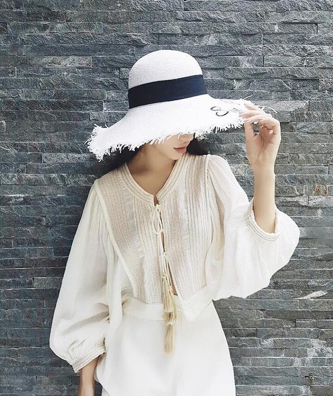 Học sao Việt cách chọn và kết hợp mũ cói sao cho thật duyên dáng khi diện cùng trang phục hè - Ảnh 20.