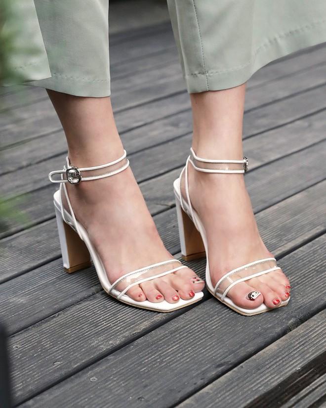 4 kiểu sandals hè vừa thoáng chân lại vừa giúp bạn khắc phục nhiều nhược điểm - Ảnh 1.