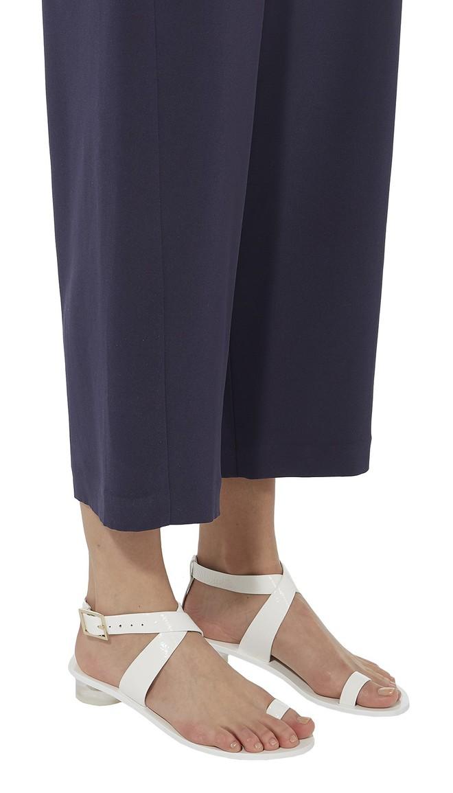 4 kiểu sandals hè vừa thoáng chân lại vừa giúp bạn khắc phục nhiều nhược điểm - Ảnh 13.