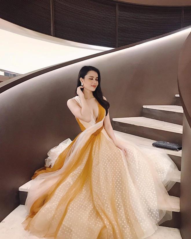 Tuy vòng 1 đầy đặn nhưng Á hậu Đại dương Diệu Thùy vẫn lép vế trước Kỳ Duyên bởi chi tiết này khi diện cùng một thiết kế váy - Ảnh 1.